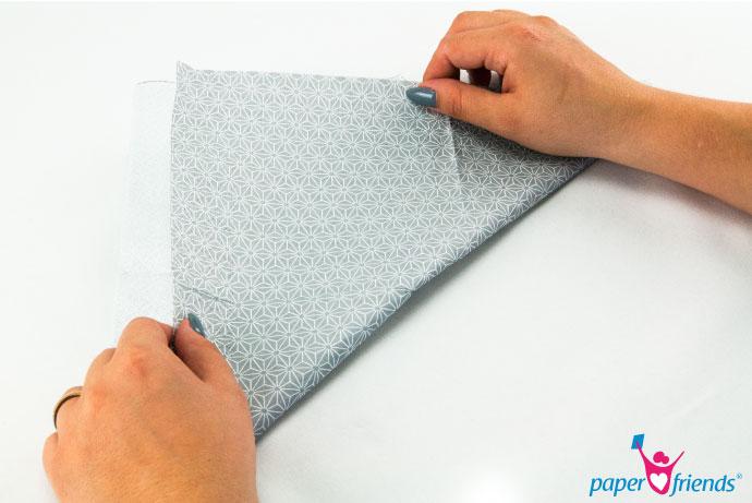 Schritt 2 Lilie: Die Serviette diagonal Falten