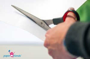 Linkshänder schneidet mit Linkshänderschere