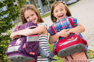 Kinder mit Büchertasche