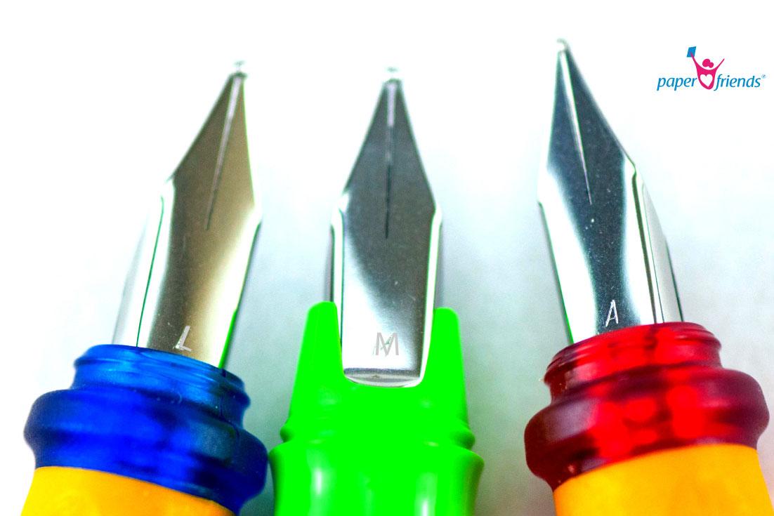 Drei Füller Federn mit Buchstaben