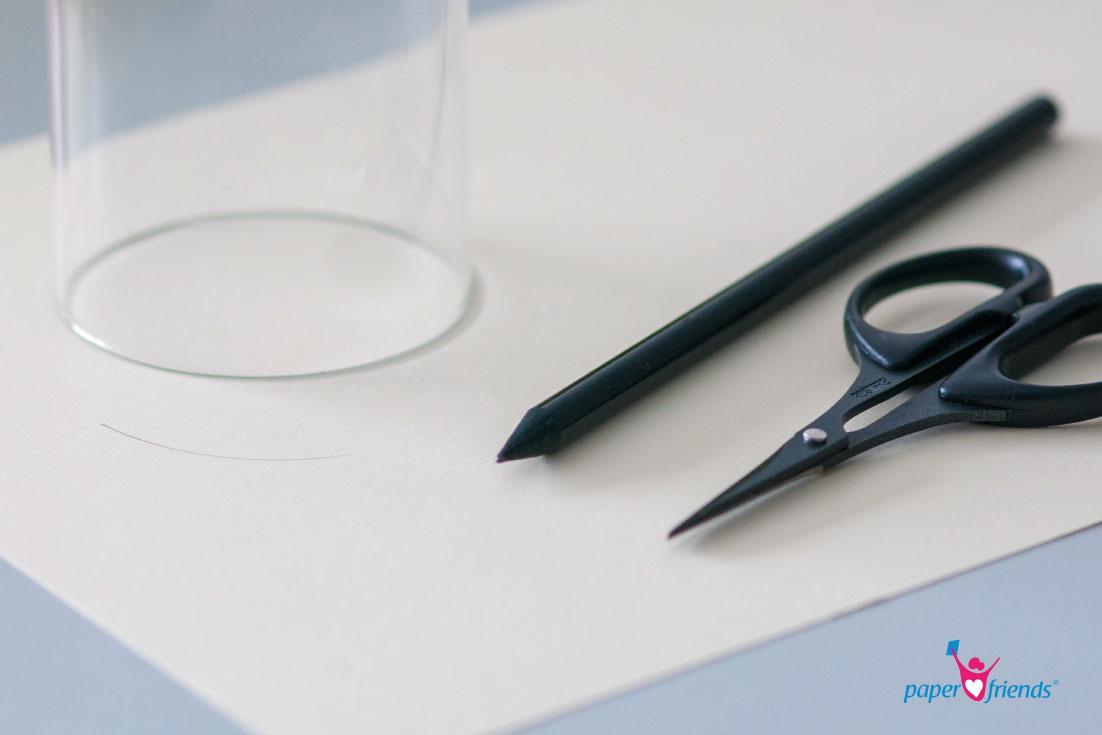 papier mit Glas, Bleistift und Schere