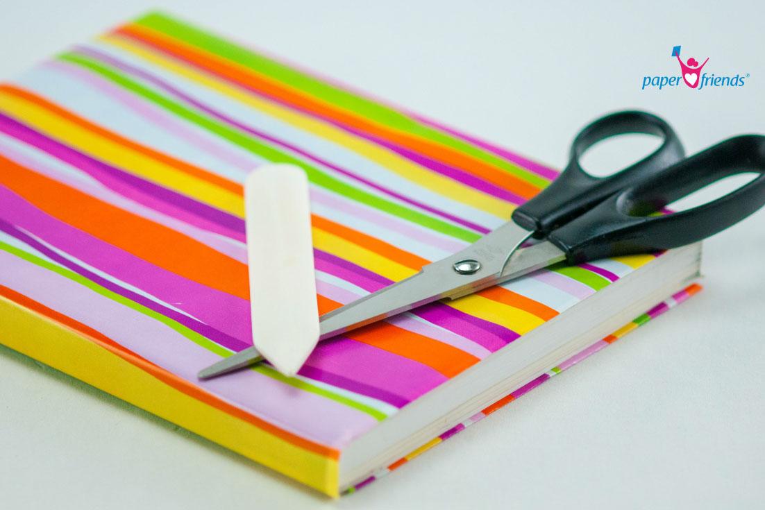 Bücher einbinden in Geschenkpapier